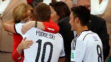 Selfies mit Podolski & Co.: Merkel feiert, Gauck gönnt sich einen Schluck