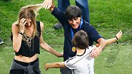 Nach einer Weile ließ aber auch sie sich zu einem Freudentänzchen mit Weltmeistertrainer Jogi Löw und Sarah Brandner überreden.