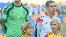 """Sei nett zu Philipp Lahm"": Lucas führt den Sieger-Kapitän auf den Platz"