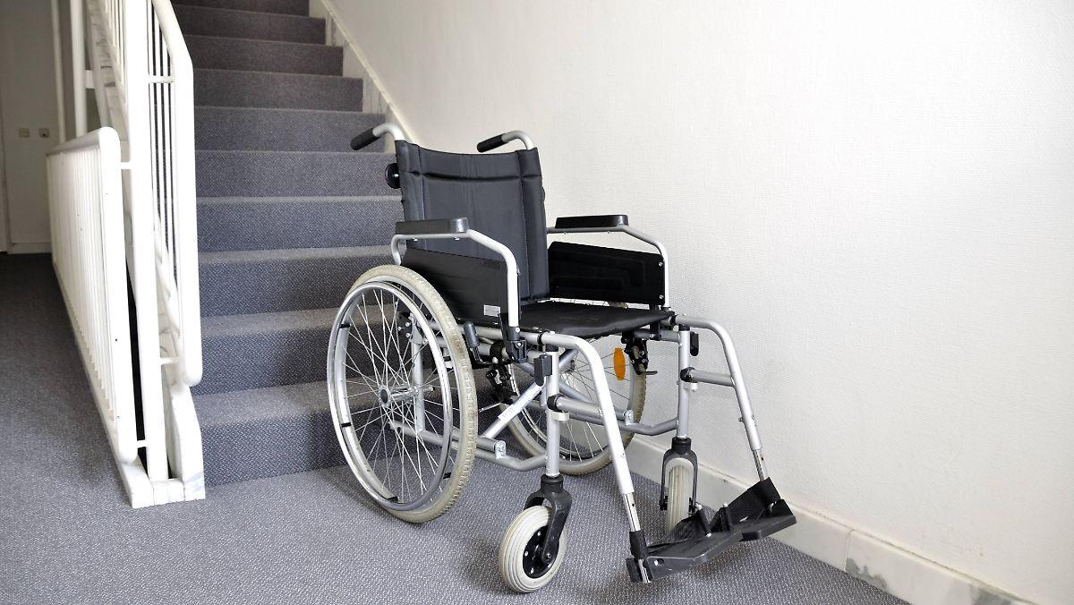 F 252 R Rollstuhlfahrer Im Ersten Stock Kasse Zahlt F 252 R