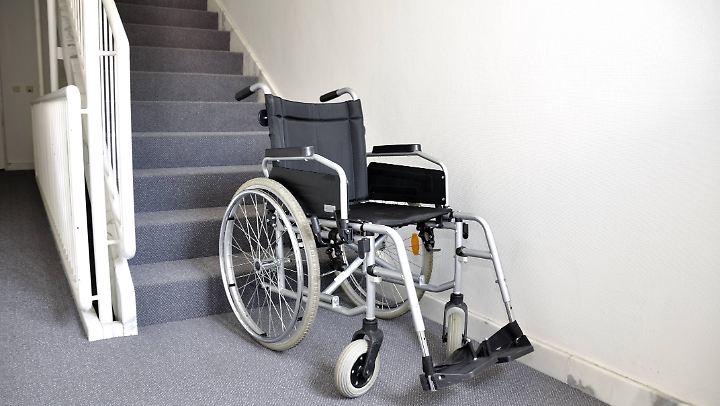 Auch mit fremder Hilfe kommen Rollstuhlfahrer ohne Zusatzausrüstung kaum Treppen herauf oder herunter.
