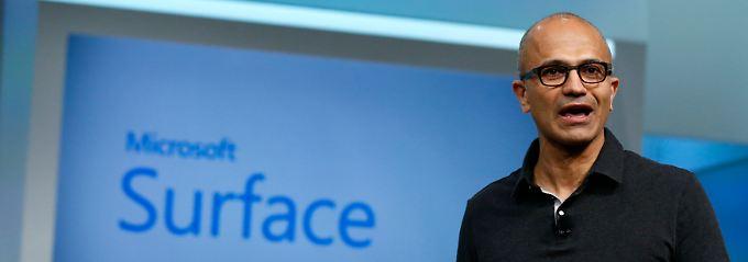 Top-Manager im kurzärmligen Poloshirt: Microsoft-Chef Satya Nadella räumt in der Personalkartei auf.