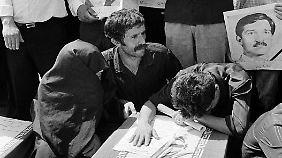 1988 trauern Angehörige um die Opfer des Abschusses eines iranischen Flugzeugs durch ein US-Schiff.