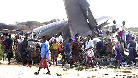 Elf Menschen kommen in Mogadischu ums Leben, als eine Iljuschin abgeschossen wird.