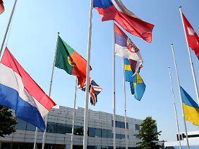 Vor dem Headquater von Eurocontrol hängen die niederländische und die ukrainische Nationalflagge auf Halbmast.