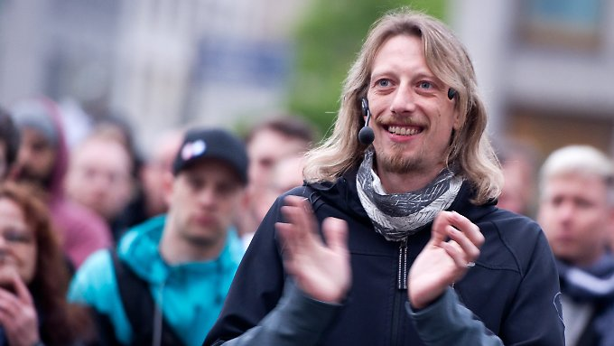 Lars Märholz, Organisator der Berliner Montagsdemo, applaudiert im Mai während einer Rede in Berlin.