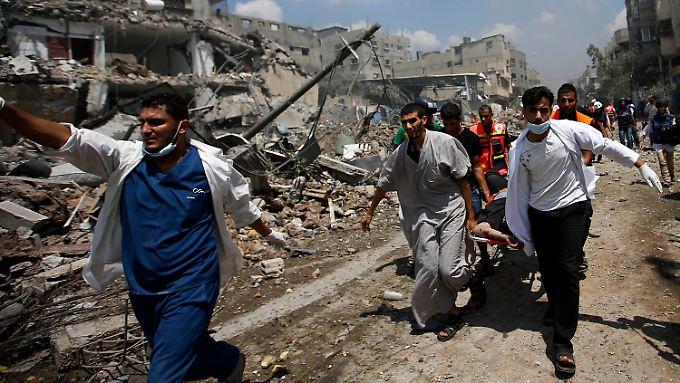Die Zahl der Toten durch die israelische Offensive auf den Gaza-Stadtteil Schudschaijja liegt nach ersten Schätzungen bei mindestens 80 - und steigt weiter.