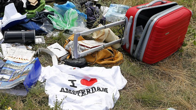 Trotz Berichten über Plünderungen lagen viele wertvolle Gegenstände nach wie vor an der Absturzstelle.
