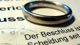 Eine Ex-Frau kann den Anspruch auf zeitlich unbefristete Unterhaltszahlungen verlieren.