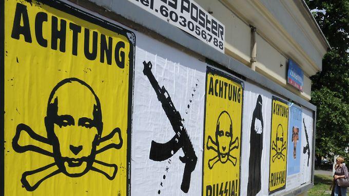 Markige Anti-Russland-Plakate in der polnischen Hauptstadt Warschau.