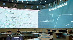 Im Moskauer Lagezentrum werden die Satellitenaufnahmen vorgestellt.