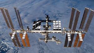 Die Internationale Raumstation ISS wird von einem unbemannten Transporter unter anderem mit Nahrungsmitteln und Treibstoff versorgt. Foto: NASA