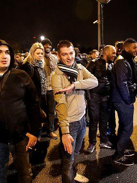 """Der an den Hitler-Gruß erinnernde """"Quenelle-Gruß"""", hier vor einem Auftritt des Komikers Dieudonné in Nantes, gilt als Anzeichen zunehmender Akzeptanz von Judenfeindlichkeit in Frankreich."""