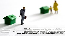 Wer aus beruflichen Gründen zwischen zwei Wohnungen pendeln muss, kann sich einen Teil der Kosten über die Steuererklärung zurückholen.