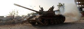 Eine Al-Kaida nahestehende Miliz feiert die Einnahme einer Basis der libyschen Spezialeinheiten nahe Benghasi.