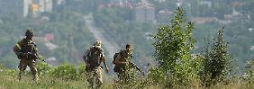 Ukrainische Soldaten patrouillieren in der Gegend um Donezk - ihre Kameraden sollen bald wieder frei sein.