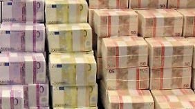 In Griechenland müssen Besitzer von üppig gefüllten Bankkonten erklären, woher das Geld stammt.