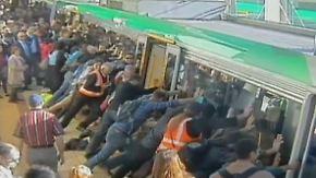 Mann verfängt sich am Bahnsteig: Fahrgäste kippen gemeinsam die U-Bahn an