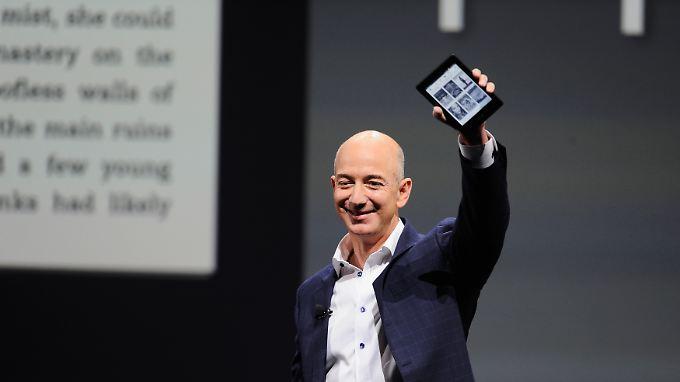 Amazon-Chef Jeff Bezos mit dem E-Book-Reader Kindle. Der Konzern hat schon früh auf digitale Bücher gesetzt.