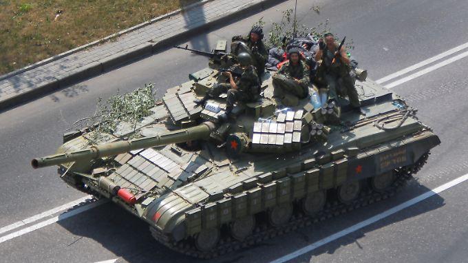 Die Separatisten - die auch über schwere Waffen verfügen - leisten in Donezk weiterhin Widerstand.