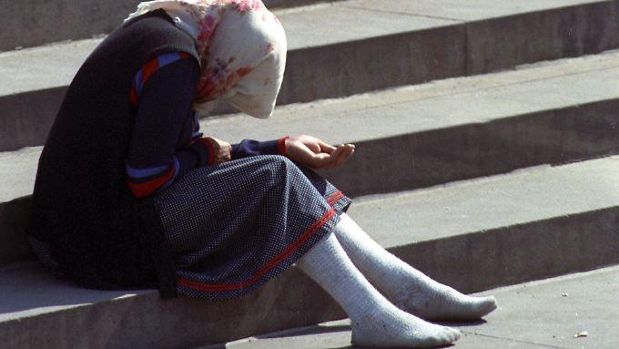 Eine rumänische Bettlerin auf der Freitreppe zur Brühlschen Terrasse in Dresden.