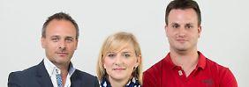 Lars M. Wolfram (l-r), Vorstandsvorsitzender, Sonja Johanna Döring, Personalwesen, und der Auszubildende Thomas Müller arbeiten für die Synergetic Agency.