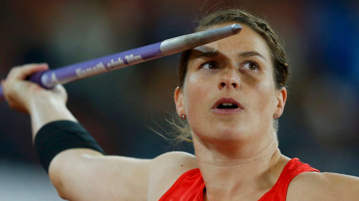 Linda Stahl wirft Bronze