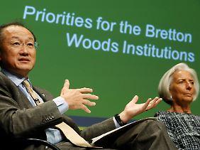 Der US-Amerikaner Jim Yong Kim und die Französin Christine Lagarde (r.) halten als Chef von Weltbank und IWF den Brauch aufrecht, die Spitzenposten der beiden Organe mit Personal aus dem Westen zu füllen.