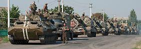 Dieses Bild zeigt ukrainische Armeefahrzeug ein der Nähe von Illovaisk in der Region Donezk.