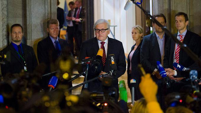 Deutschlands Außenminister Frank-Walter Steinmeier kann nicht viel verkünden, als er in der Nacht vor die Mikrofone tritt.