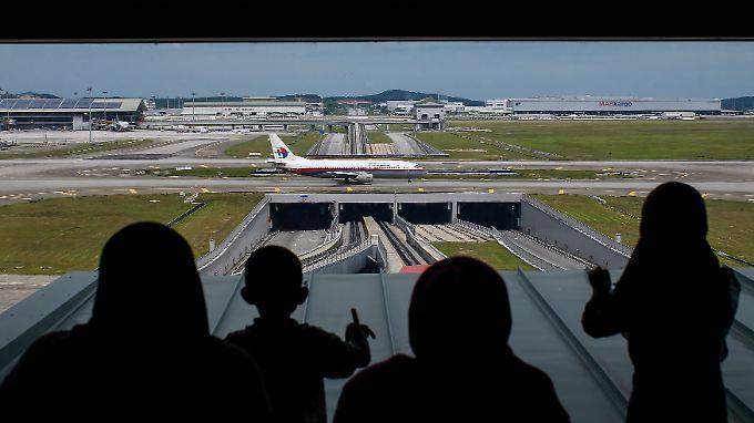 Ungelöste Fragen hängen über dem Drehkreuz: Am Kuala Lumpur International Airport rollt eine 737-400 der Malaysia Airlines an den Start.