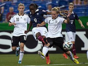 Die Französin Ouleymata Sarr (M.) konnte gegen das Team von Linda Dallmann (l.) und Margarita Gidion nichts ausrichten.