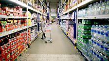 Mit ihrem spezialisierten Angebot können sie die Preise der Warenhäuser unterbieten. Als Folge verschwinden genau diese Waren aus den Warenhäusern: