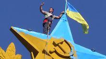 Ein Bild für die Ewigkeit: Die gelb-blaue ukrainische Staatsflagge hängt auf einem Hochhaus in Moskau.