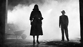 """Scharfe Kontraste sind eines der Stilmittel des Film Noir. In """"The Big Combo"""" spielen Jean Wallace und Cornel Wilde."""