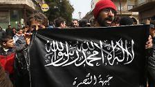 """Die Nusra-Front, ebenfalls ein Ableger von Al-Qaida im Irak, ist zu dieser Zeit bereits im Krieg gegen Syriens Regierungstruppen aktiv. Al-Bagdadi erklärt kurz nach Ankunft in Syrien, die Nusra-Front sei ein Bestandteil seiner Organisation, die er fortan unter dem Namen """"Islamischer Staat im Irak und Großsyrien"""" (ISIS) führt. Die Nusra-Führungsebene lehnt die Fusion jedoch ab. In der Folge werden die beiden Gruppen Kontrahenten. Auch die anderen Rebellengruppen entwickeln sich zu Gegnern der radikalen ISIS."""
