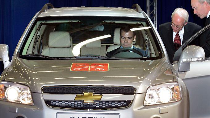 Das waren noch bessere Zeiten: Der damalige russische Präsident Medwedew sitzt Probe in einem Chevrolet.