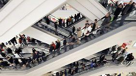 Der Bereitschaft, teure Güter wie Möbel oder Autos zu kaufen, tun die Krisen-Sorgen jedoch keinen Abbruch.