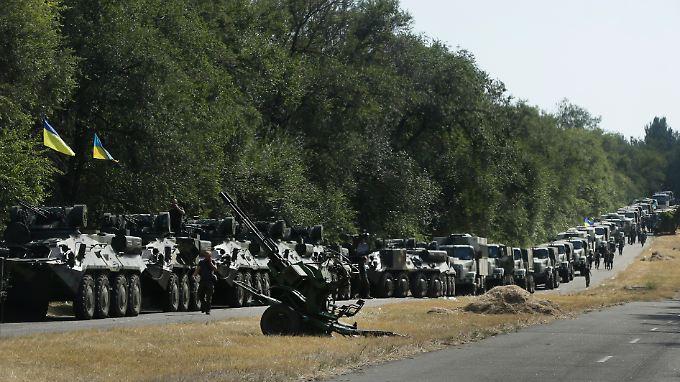 Ein ukrainischer Konvoi auf dem Weg in die Hafenstadt Mariupol.