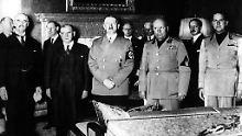 Unterzeichnung des Münchner Abkommens Ende September 1938: Adolf Hitler steht zwischen (v.l.n.r.) Neville Chamberlain, Édouard Daladier, Benito Mussolini und Graf Galeazzo Ciano.