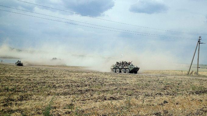 Russische Panzer und prorussische Rebellen sind ukrainischen Angaben zufolge im Osten der Ukraine auf dem Vormarsch.