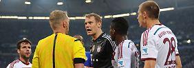 """""""Dann ist es Handspiel"""": Manuel Neuer plauscht mit Schiedsrichter Marco Fritz."""