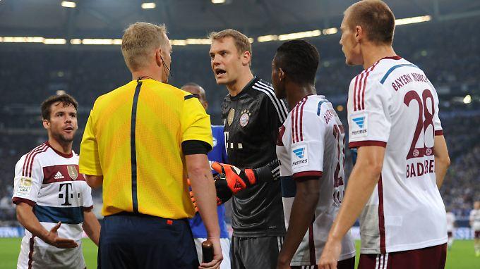 """""""Dann ist es Handspiel"""": Manuel Neuer plauscht mit Linienrichter Thorsten Schiffner."""