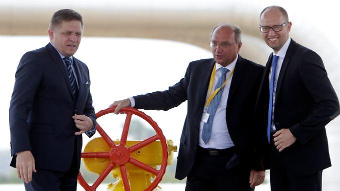 Der Regierungschef der Slowakei, Robert Fico (l.), und sein ukrainischer Amtskollege Arsenij Jatsenjuk (r.) öffnen die Versorgungsleitung.