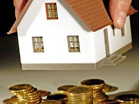 Wer seinen Hauskredit vorzeitig kündigt, muss der Bank eine Vorfälligkeitsentschädigung zahlen. Die kann man unter Umständen als Werbungskosten geltend machen.