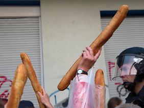 Kamen nicht bei den Flüchtlingen an: Baguettestangen und anderes Essen.