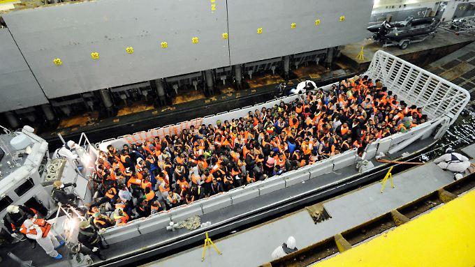 Gerettet. Tausende Bootsflüchtlinge zieht die italienische Küstenwache Monat für Monat aus dem Wasser. Doch das Land fühlt sich damit überfordert.