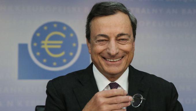 Die EZB unter Mario Draghi senkt die Wachstumserwartungen - und setzt zum Konter an.