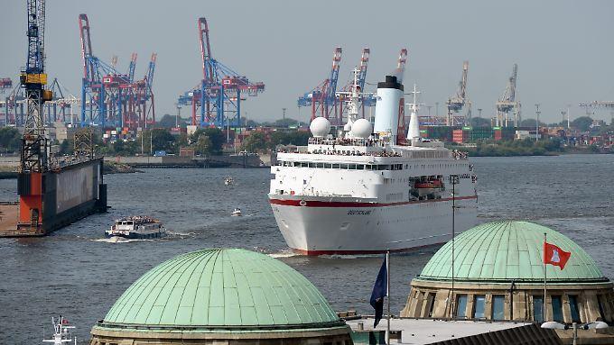 """Das Kreuzfahrtschiff MS """"Deutschland"""" läuft an den Landungsbrücken vorbei in den Hamburger Hafen ein."""