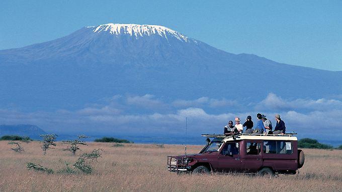 Womöglich ist es schon in zehn Jahren vorbei mit der Postkartenidylle: 1880 war die Eiskappe des Kilimandscharo noch 20 Quadratkilometer groß, 2009 waren es weniger als 2.